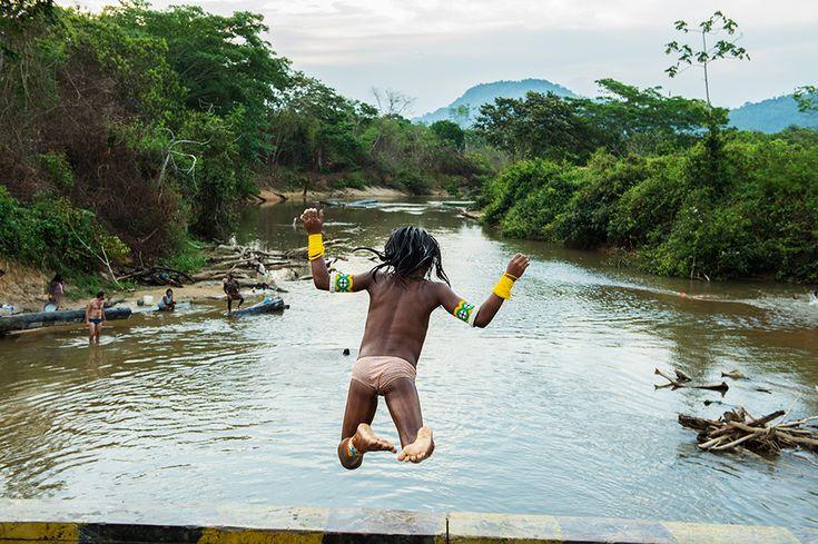 Una ragazza kayapo si tuffa nel fiume che segna il confine del territorio protetto dell'etnia nel bacino del Rio delle Amazzoni photo by Martin Schoeller,