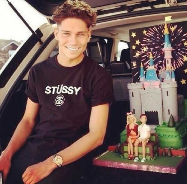 Joey Essex with his engagement cake.