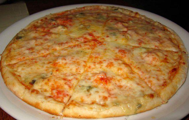 Pizza 4 quesos Thermomix. vamos a hacer hoy, desde luego, a los que les guste mucho la pizza y el queso hoy se pondrán las botas. Una pizza 4 quesos italiana pero totalmente casera, nada que envidiar a las que compramos en cualquier pizzería o comemos en un restaurante. Esta receta pizza 4 quesos no tiene nada de desperdicio. ¡Ya lo verás!