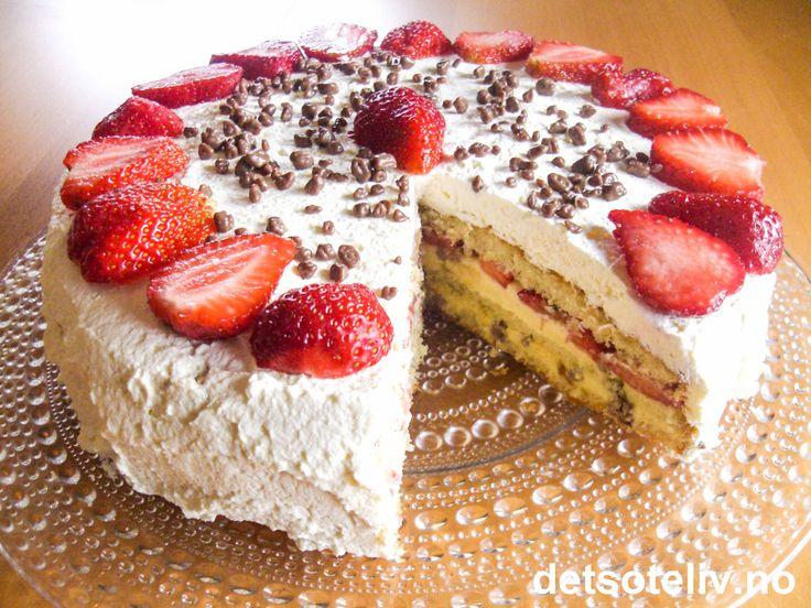 Dette er en HERLIG sommerbløtkake! Kakebunnen er lett og luftig og fylles med jordbær, vaniljekrem og hakket Daim. Kaken dekkes med pisket krem, friske jordbær og litt daimstrøssel.