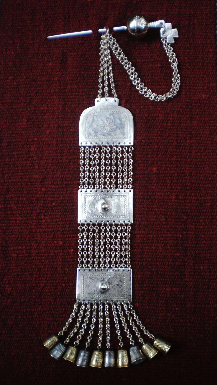 Rawao con Katawue, joya pectoral que se fija en la manta de telar, los dedales de sus colgantes se utilizaron como campanas, esta pieza se uso a fines del siglo XIX.