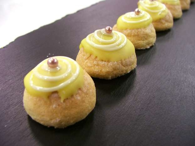 Luca Montersino ci insegna a preparare una dolce ricetta per celiaci: le mini delizie al limone. Piccoli dolcetti mignon ripieni di crema pasticcera al limone. http://www.alice.tv/ricette-cucina/dolcetti-mignon/mini-delizie-limone