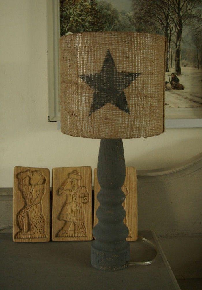 Sinterklaas was weg en dus heb ik de jute zak gebruikt voor een lampenkap. De houten voet en de gesjabloneerde ster zijn van krijtverf.