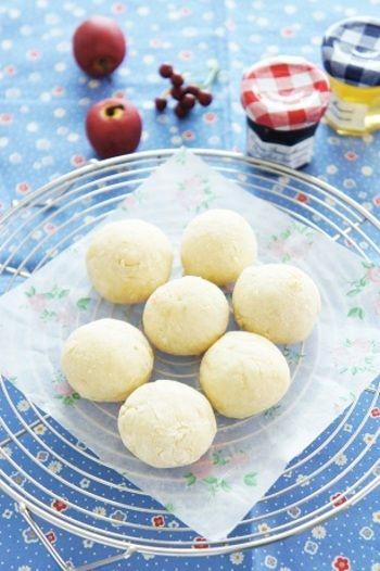 じゃがいもと切り餅で作る、かわいいもちもちポンデケージョ。ゆでたじゃがいもと切り餅、豆乳を鍋で煮て、小麦粉などを混ぜてまん丸にし、オーブンで焼いてできあがりです。お好みでベースに粉チーズを足したり、ココアやチョコチップを入れたりなどアレンジも可能☆パンのようなポンデケージョができる驚きのレシピです。