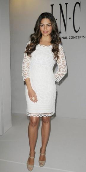 """CAMILA ALVES    La modelo brasileña visitó la tienda Macy's de Aventura, Florida, para presentar la colección de primavera de la marca I.N.C., de la que ella es la imagen. Para la ocasión, la esposa de Matthew McConaughey seleccionó, naturalmente, dos prendas de dicha firma: un modelo en encaje blanco y la zapatillas """"Mariela"""" en nude."""