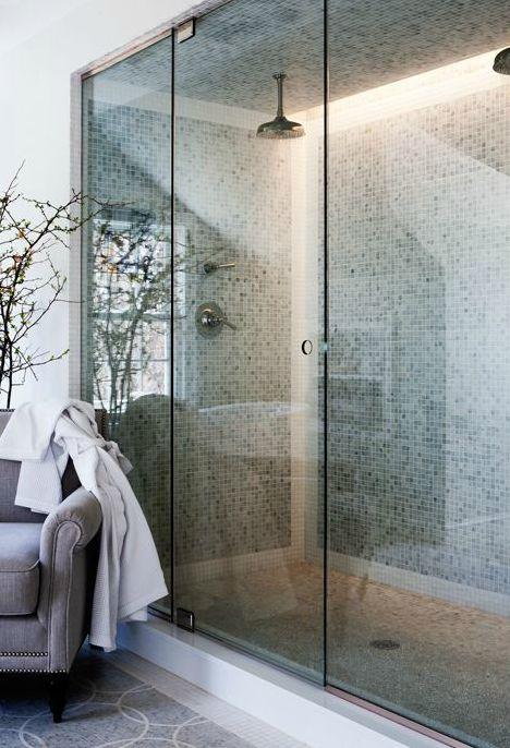 Dold belysning i duschen ger en lyxig känsla.