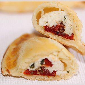 Chaussons à la ricotta, aux tomates séchées, au parmesan et au basilic. Dégustez-les tièdes ou froids.
