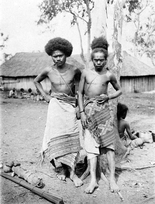 COLLECTIE TROPENMUSEUM Mannen van Molo Timor.