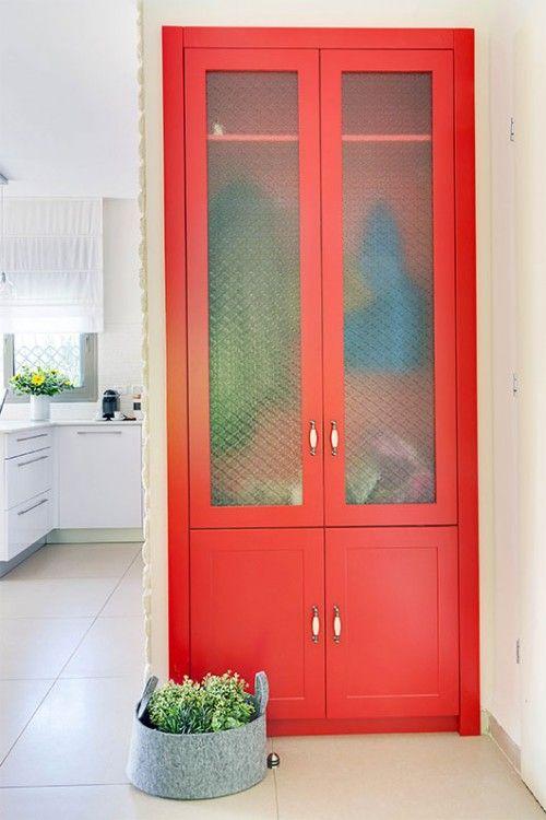 נישת גבס שבתוכה ארון אחסון בצבע אדום בשילוב זכוכיות סבתא כפריות   צילום: אביבית וייסמן