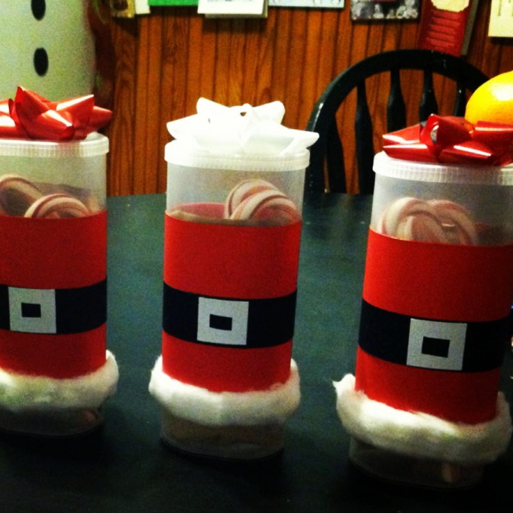 Santa gift favors, I knew I'd find a use for those Crystal Light containers! Used card stock and cotton balls. Filled with hot cocoa, marshmallows & candy cane