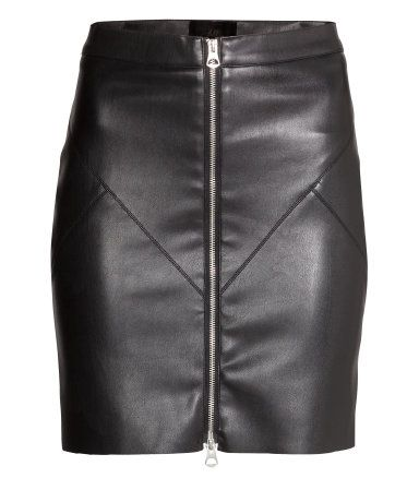 Short skirt in imitation leather with decorative seams and a visible zip at the front. Jersey lining.