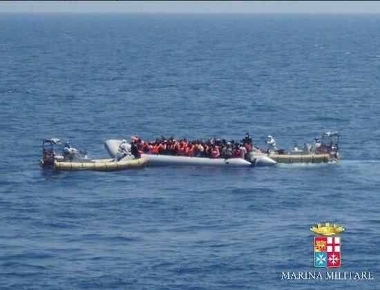 1.205 profughi sbarcano stasera a Taranto. Di cui 151 minori e 127 donne