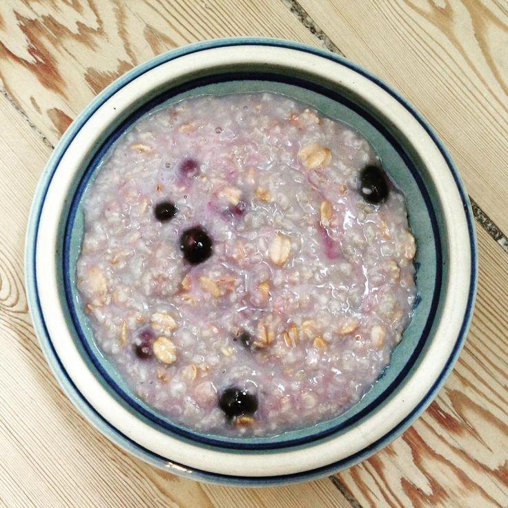 Variér din morgenmad!  Prøv f.eks. havregrød med lidt speltflager - tilsæt friske eller frosne blåbær. Det giver grøden lidt sødme og syrlighed.  Smager næsten som en dessert! #allorganic #healthyliving #morgenmad #breakfast #havregrød #speltflager #blåbær #oatmeal #blueberries #spisdigglad #spisdigsund #spisvarmt #funnyfaster