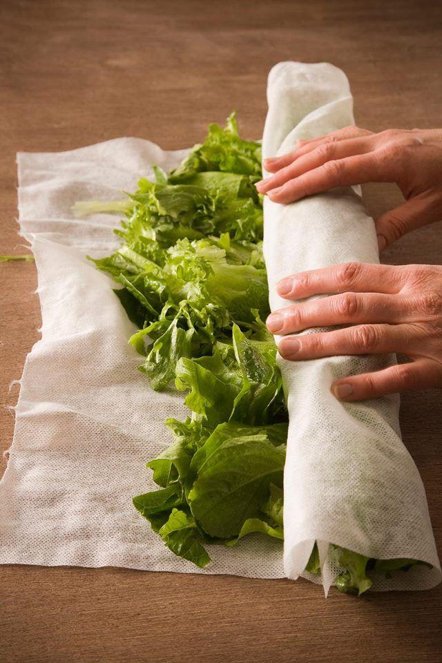 Salaatin lehdet saa kuivattua vaivattomasti kuituliinan avulla, koska kaikki Eskimon kuvioimattomat kuituliinat soveltuvat tutkitusti myös elintarvikekontaktiin. Aseta kuituliina-arkin päälle viileällä vedellä pesty salaatti, rullaa liina kääröksi ja painele kevyesti. Taas uusi käyttötarkoitus sankarituotteelle!
