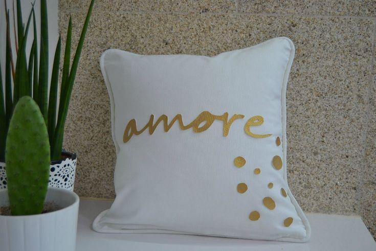 Personalizamos un #cojín blanco con una letra en polipiel dorado.http://www.diariodeco.com/2018/01/personaliza-tus-cojines-cojin-amore.html #cojinamore