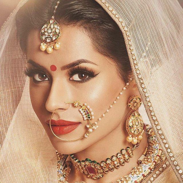 Stunning bridal look, you know I love my nose rings ❤️  MUA @ginibhogal   Outfit @ektasolanki   Jewelry @reddotjewels ---------------------------------------  #beauty #flawlessmakeup #arabicmakeup #cutcrease #anastasiabeverlyhills #morphebrushes #maccosmetics #lagirlcosmetics #ghalichiglam  #minklashes #bombayhair #indianwedding #vegas_nay #indianwedding #bridalinspiration #indianbride #indianwedding #southasianwedding #weddingideas #elsabraid #fishtailbraid #hairextentions #luxyhair #weddi