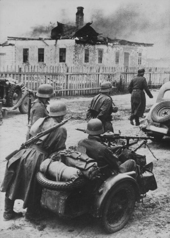 Batalla de Kiev, grupo de soldados con sus vehículos a la espera de instrucciones en las afueras de la ciudad, en primer plano una motocicleta BMW R 75 con la MG 34 montada en el sidecar. Es Septiembre, de 1941 y el destino final Moscú.