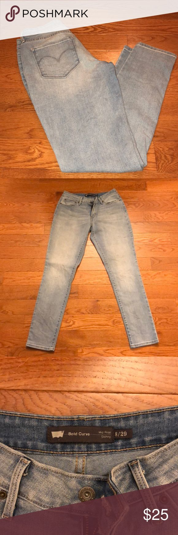 Levi Mid Rise Skinny Bold Curve Light Wash A light wash Levi Skinny mid rise skinny bold curve jean! Lightly worn and great fit! Regular length! Levi's Pants Skinny