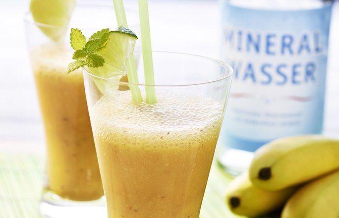 Fruchtiger Bananen-Smoothie  Zutaten für 4 Gläser: - 2 große Bananen - 400 ml Karottensaft - 200 ml frisch gepresster Orangensaft (ca. 2-3 Orangen) - Mineralwasser mit Kohlensäure zum Auffüllen - Saft einer Limette - 6 EL Instant-Haferflocken - 4 EL Ahornsirup - 40 g gemahlene Haselnüsse - 2 EL Distelöl