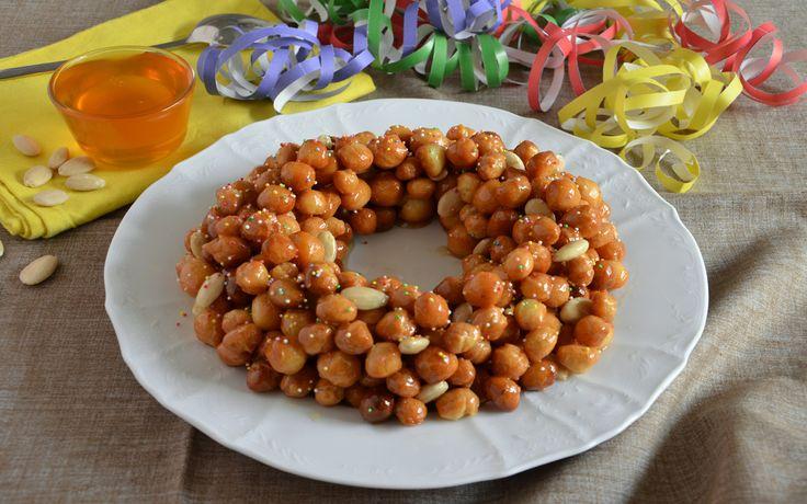 La cicerchiata è un dolce tradizionale dell'Abruzzo, delle Marche e del Molise ma è diffuso anche in Umbria e nel Lazio ed è legata al Carnevale.