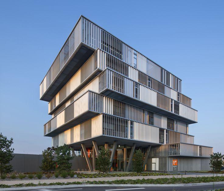 Construído pelo Platform Architectures na Bordeaux, France na data 2013. Imagens do Luc Boegly. Construir a sede de escritórios de um operador de habitações sociais é um ato único e simbólico. Para o público e vár...