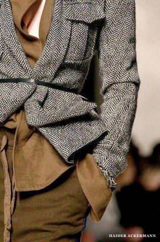 """Must: micro cintinho prendendo casaco e camisa meio """"amontoados"""" de maneira """"casual-artsy-chic"""", marcando a cintura lá no alto (alonga as pernas!). Tudo do incrível Haider Ackermann Paris Fall 2013."""