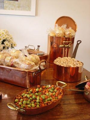 """Com objetos da casa, pode-se fazer um chá-de-cozinha muito charmoso! É o que prova a Bendita Festa! """"A idéia do chá-de-cozinha com fôrmas, jardineiras e pa"""