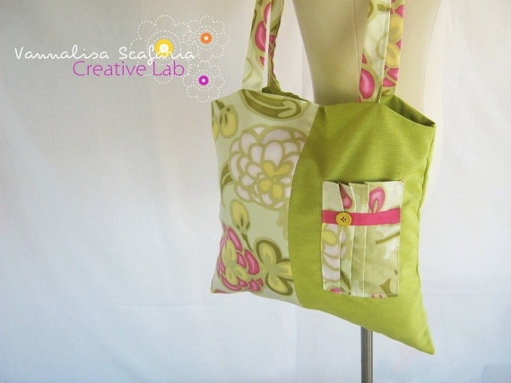 Cotton totes are the most comfortable bags! Put them on your shoulder and you are ready to go! Green and pink colours add a touch of spring to this bag and the outside pocket gives you more room to store your little things.