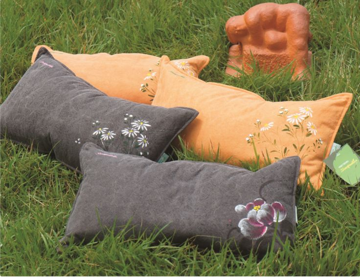 Ingkko Pillow 잉꼬 베개   Red Clay / Charcoal 황토 / 참숯 40-countthread Cotton Luxury Jacquard 면40수 고급자카드 49cm × 27cm Cube 1.6kg ₩128,000 46cm × 23cm Cube 1.3kg ₩118,000 A famous local artist gave a birth to a piece of waterpainting with Peony and Siberian chrysanthemum painted by himself with natural pigments on natural dyeingfabrics. Colors and patterns created by nature makes you feel the most Korean beauty. 천연염색한 원단 위에 지역의 유명 작가가 천연안료로 직접 그린 목단과 구절초로 한 폭의 수채화를 탄생시켰습니다. 자연에서 만든 색과 무늬가 가장 한국적인 아름