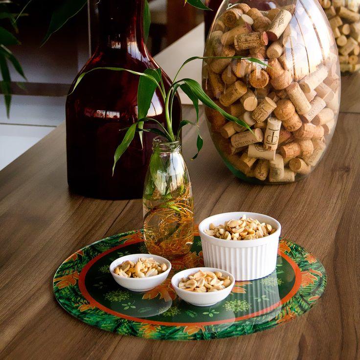 Praticidade também é ingrediente na cozinha moderna. Os sousplats em acrílico decoram a mesa e não exigem esforço na hora da limpeza. Versátil, pode ser usado como suporte de bolos, tábua de frios, bandeja, ou até mesmo como elemento de decoração para a sua parede.