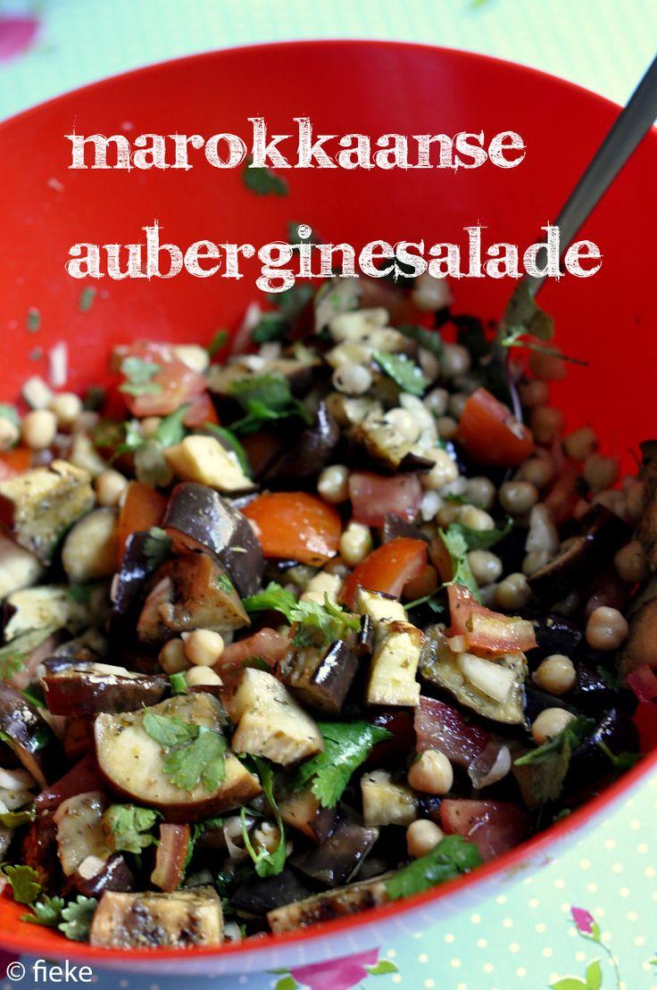 Niemand staat graag uren boven een warm fornuis met deze hitte. Daarom een frisse salade! NODIG: (voor 4 personen) voor de salade: 2 aubergines, in vieren gesneden en dan in schijfjes 1 blik kikker...