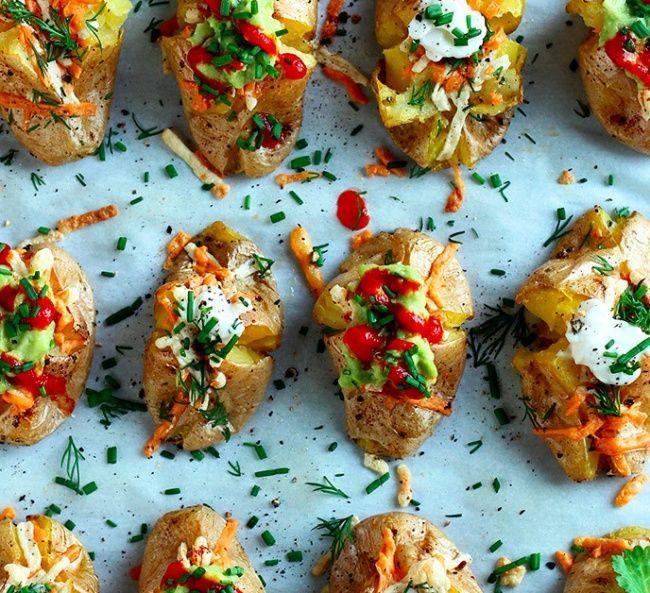C'est l'hiver, profitons-en pour nous adonner à des séances de cocooning dès que nous en avons le temps! Ces 10 recettes très simples de pommes de terre garnies vont vou...
