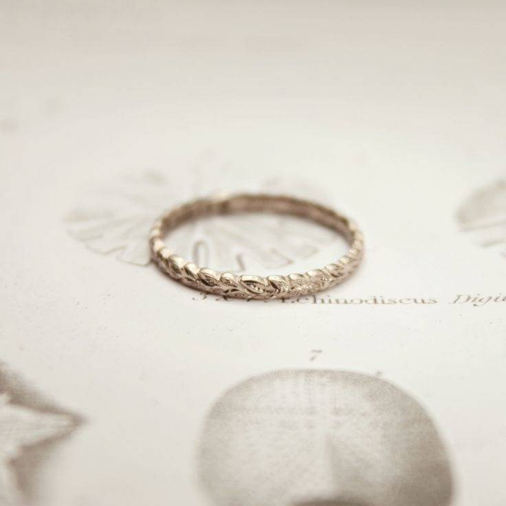 18ct white gold 2mm hand engraved laurel leaf