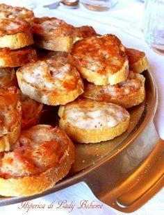 Italian food - Crostini caldi con salsiccia e stracchino