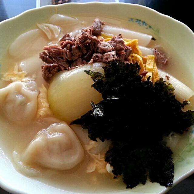 韓国スタイルのお雑煮に水餃子を入れた旦那の創作料理。 私はトックとかトッポキは苦手なので専ら水餃子担当です( ̄∇ ̄*)ゞ - 109件のもぐもぐ - 旦那の手作りシリーズ♪ 牛肉とトック入り水餃子 by shino4minutes