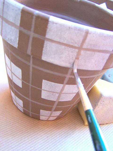 Dipingete tutto il vaso con la spugna, procedendo come sopra. Fate asciugare bene e rimuovete il nastro carta. Dopo aver creato un colore intermedio a contrasto (es. marrone più chiaro o grigio), con un pennello a punta n. 2, disegnate le righine perpendicolari.
