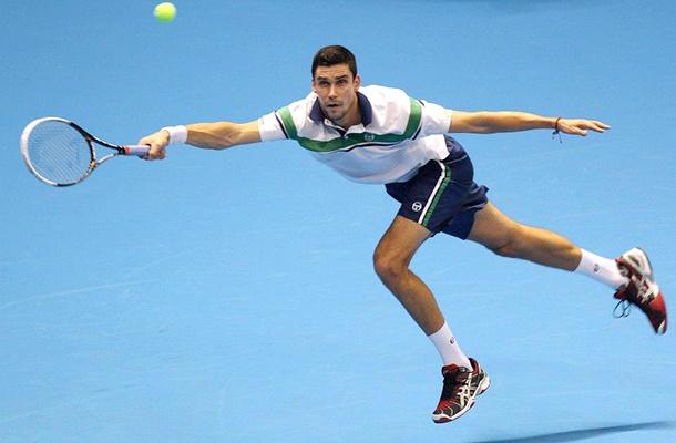 ATP Challenger Tour Finals a debutat cu meciul dintre Victor Hănescu şi slovenul Aljaz Bedene. Şi a fost un meci extrem de disputat care a durat 2 ore şi 18 minute şi pe care românul Victor Hănescu l-a câştigat cu un dublu 7-6. În cel de-al doilea meci al grupei B, italianul Paolo Lorenzi l-a invins destul de uşor în două seturi pe portughezul Gastao Elias