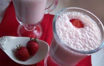 Клубничный, молочный коктейль с мороженом, с витаминам С и кальцием. Не только полезно но и вкусно.
