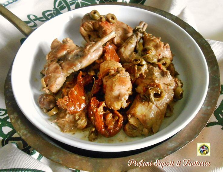Il coniglio in umido al vino bianco è una pietanza prelibata dedicata alla domenica o festivi. Le carni, con questo tipo di cottura, sono tenere e saporite.