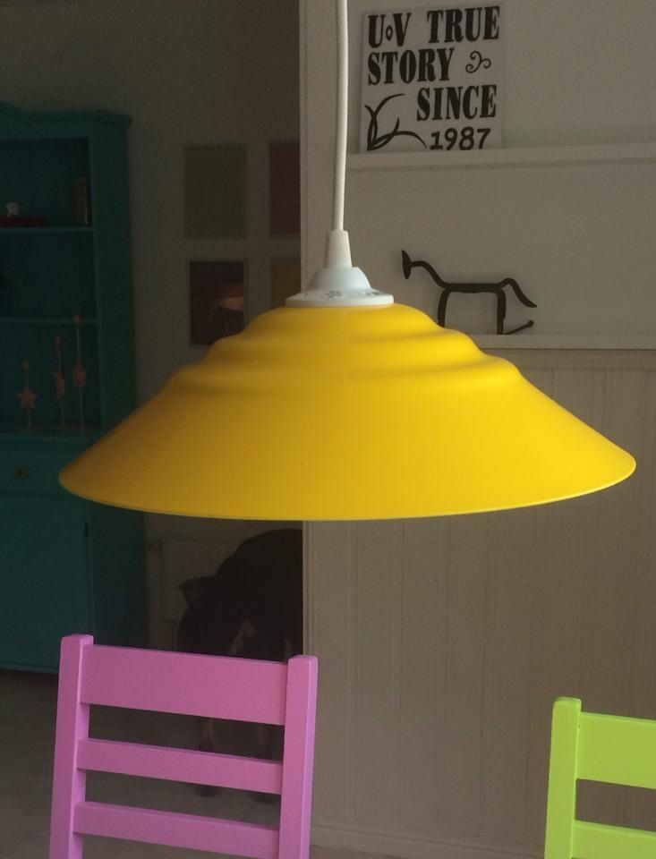 Sliten lampa för 20 kr från återvinningen. Sprayfärg på det, så blev den som ny.