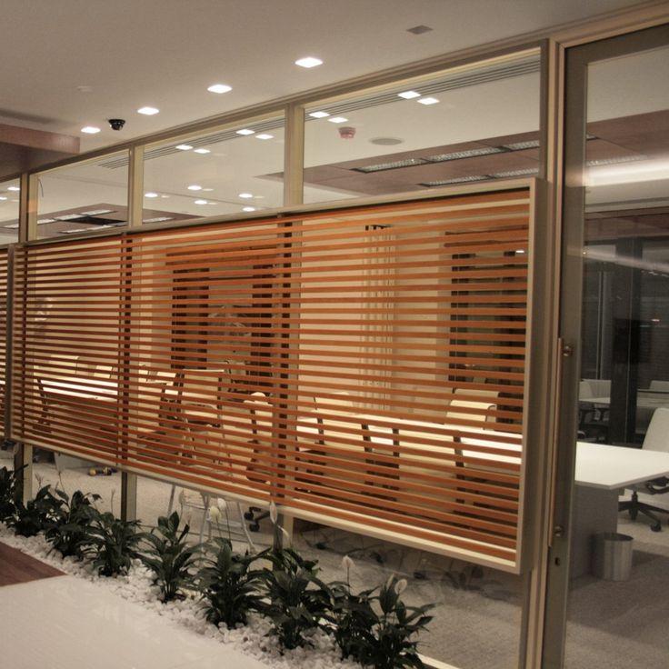Divisórias piso teto em vidro com três paginações sendo a central com aletas em madeira