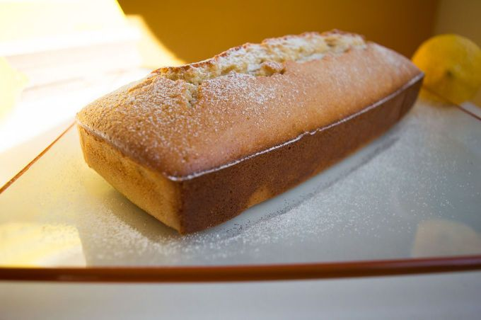 Low FODMAP, glutenfree, lactose free Natural Yogurt Lemon Cake INGREDIENTS 1 cup/150gr rice flour 1oz/30gr (30) ground almonds or almond meal 1 tsp gluten free baking powder ½ tsp salt ¼ cup/70ml extra virgin olive oil ½ cup/130gr brown sugar 2 eggs 4,4 oz/125gr unsweetened natural lactose free yogurt Zest of a small lemon ½ tsp vanilla extract Icing sugar to sprinkle on top (optional)