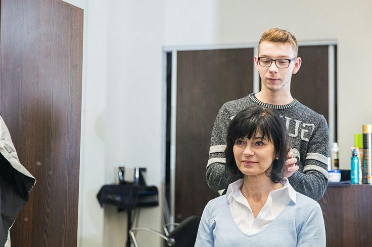 V salóne Pierot sme pani Inge vlasy upravili do praktického krátkeho zostrihu, ktorému Inge holduje. Vlasy dostali vzdušnejší nádych a intenzívnejšiu tmavú farbu, čo zvýraznilo Inginu pleť.