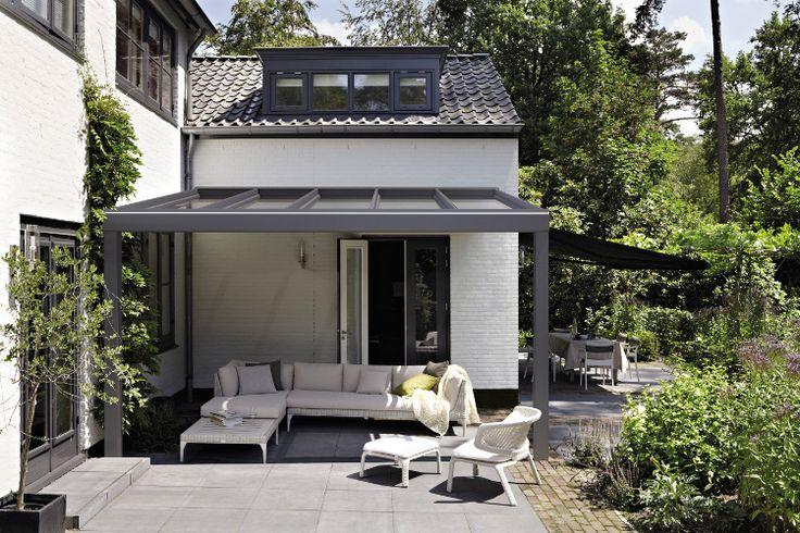 Ideaal: een vaste terrasoverkapping.   Deze stijlvolle en elegante constructie van de Luxaflex® Casa creëert een ideale balans tussen binnen en buiten.