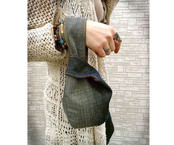 Elemento assolutamente unici fatti a mano sacchetto - borsa knot giapponese. Dono grande e insolita per una ragazza moderna ed elegante. tessuto riciclato al 100%. Legami di una maniglia di alimentazione in un altro. Molto comodo come un bracciale / mini borsa per fare una passeggiata o per fare shopping. Esterno, fodera in cotone denim. Dimensione. Più ampia quando apre 7 3/4. Profondità appx 6. Lavabile in lavatrice. Attenzione!!! Questo articolo è fatto per ordine! Le immagi...
