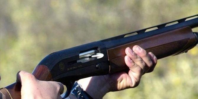 Σε τραγωδία εξελίχθηκε για έναν 47χρονο κυνηγό η εξόρμηση που έκανε με την παρέα του στην Πέλλα. Ο 52χρονος φίλος του τον πέρασε για θήραμα με συνέπεια να τον πυροβολήσει με την κυνηγητική του καραμπίνα, τραυματίζοντάς τον στον θώρακα. Ο άτυχος άνδρας μεταφέρθηκε με Ι.Χ. αυτοκίνητο στο Γενικό Νοσοκομείο Έδεσσας, όπου όμως κατέληξε λίγο αργότερα. …