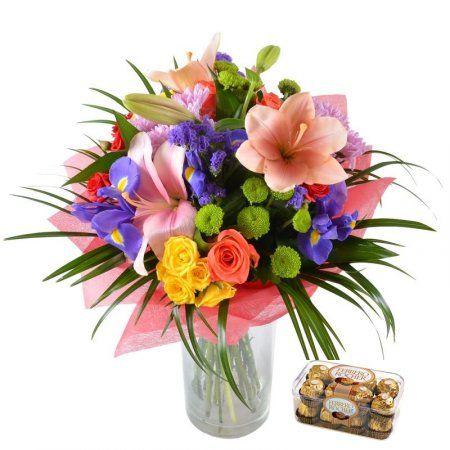 """Букет """"Акварель"""" + конфеты. Посмотрите на этот букет — яркий, словно весенний этюд, написанный акварелью! В нем собраны вместе розовые лилии, синие ирисы, золотисто-желтые и коралловые розы, стильные зеленые хризантемы."""