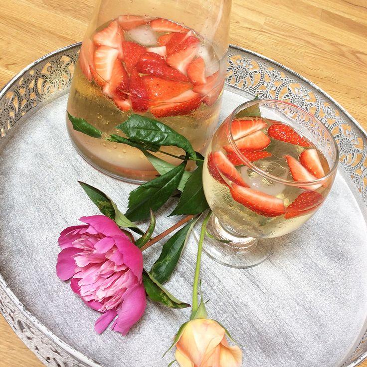 pfirsich melone schorle mit erdbeeren essen food leckereien pinterest. Black Bedroom Furniture Sets. Home Design Ideas