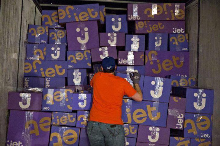 وول مارت تفاوض لشراء متجر Jet.com لمنافسة أمازون  عملاق جديد في التجارة الإلكترونية على وشك الظهور حيث يجري وول مارت أكبر متجر على الأرض محادثات للإستحواذ على متجر Jet.com في مسعى منها للتواجد على الإنترنت بقوة تضاهي أمازون.  وبحسب مصادر مطلعة فإن قيمة موقع Jet.com قد تصل إلى ثلاثة مليارات دولار. تأتي هذه الأخبار بعد أيام من حديث Doug McMillon المدير التنفيذي في وول مارت للمستثمرين أن الشركة على وشك الدخول بقوة أكبر إلى عالم التجارة الإلكترونية.  تملك وول مارت عدة خدمات وتواجد يشبه ما لدى…