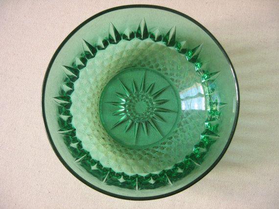 Petit saladier Arcoroc en verre pressé vert émeraude / Plat rond / Verre moulé pointes de diamant / Vaisselle française rétro / Années 1960